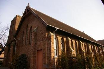 レンガ造りの美しい外観が魅力的な、川越キリスト教会。約130年もの歴史を持つ英国系プロテスタントの教会は、立教学院諸聖徒礼拝堂も手掛けたウイリアム・ウイルソンの設計によるもの。市内のレンガ建築の中でも最も古い建物です。