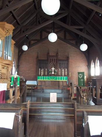 教会は内部も見学することができます。礼拝堂はキリスト教の伝統に沿い、ノアの方舟をイメージして作られています。二重合掌造りの天井も美しい教会では、神聖な空気が感じられますよ。