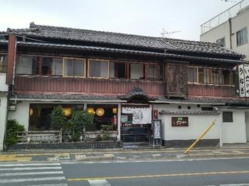 川越は、江戸時代からうなぎの名産地だったそう。そんな川越のおいしいうなぎが味わえるのは、天保3年創業という老舗うなぎ店「川越いちのや」。店構えも、とってもレトロです。