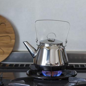 白湯は、ポットに水を入れて沸騰させるだけ。少し冷めるまで待って飲めばOK。これからの肌寒い季節は、白湯を少しずつ飲んで温まりましょう。