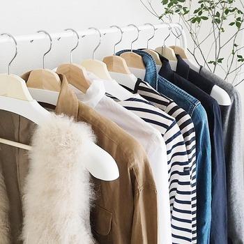 そこで今回は、そんな衣替えの時期にぜひ知っておきたい、クローゼットの収納方法やワードローブ整理術をご紹介します。 人気ブロガーさん愛用のアイテムを使った素敵な収納術をはじめ、洋服を上手に減らすコツ、長く愛用できる洋服選びのポイントなど。 クローゼットに関する様々な情報をヒントに、さらに使いやすく、なおかつ見た目も美しい収納を考えてみませんか?