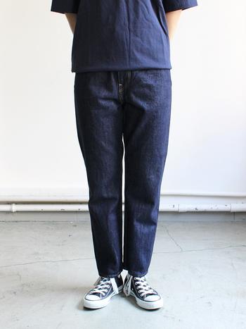 カジュアルにもキレイめにも使える、シンプルで美しいシルエットのデニムがおすすめ。裾に向かって細くなるテーパードタイプだと、太めのパンツでもすっきり見えますよ。さらに、股上が深めでヒップ回りにゆとりをもたせたデザインを選べば安心感もあって◎。