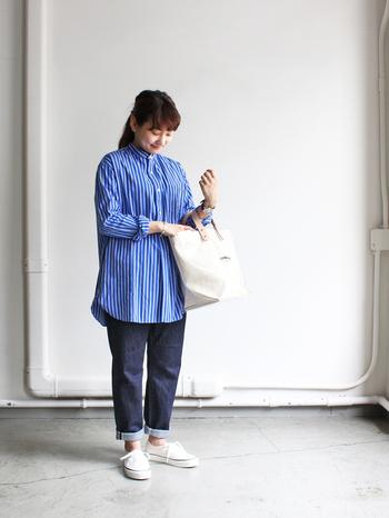 オーバーサイズぎみのシャツを主役にした爽やかなコーデ。デニムがすっきりしたデザインなので、ゆったりサイズのトップスもキレイに着こなせます。デニムの裾をロールアップして抜け感を出すのがポイント。