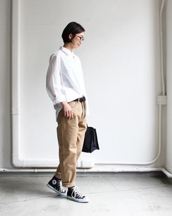 シルエットがキレイなデニムなら、トップスをINした着こなしも様になります。真っ白なシャツ×ベージュデニムの組み合わせは、女性らしく柔らかな印象になるのでナチュラル派さんにはおすすめ。
