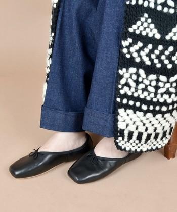 今シーズンに良く目にするのが、深めのVカットデザインのもの。スクエアトゥならきちんとした大人の着こなしに。つま先部分に余裕があるので、足が痛くなりにくいのも嬉しいポイント。