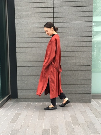 赤のダウンコートを主役にしたコーディネート。黒のバレエシューズが黒のパンツに馴染んでいますね。柔らかなバレエシューズなら、黒でも軽やかな印象を与えることができます。