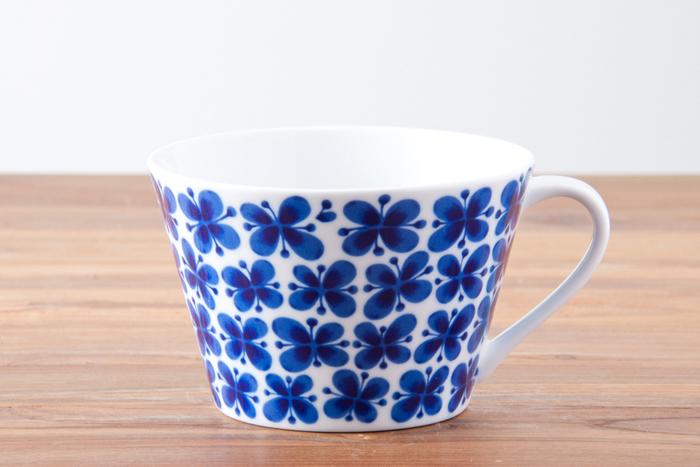 1726年から続くスウェーデン王室御用達の陶磁器ブランド「Rorstrand(ロールストランド)」の素朴でかわいらしいマグカップ。懐かしさを感じる花柄は、1950年代にマリアンヌ・ウエストマンがデザインした「Mon Amie(モナミ)」。