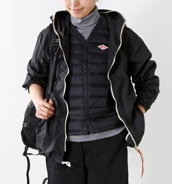 冬になったら、こんな風にコートやブルゾンのインナーとして使うのがおすすめ。アウターはさらっと羽織るようにして、あえてオシャレなダウンベストをのぞかせるのがポイントです。