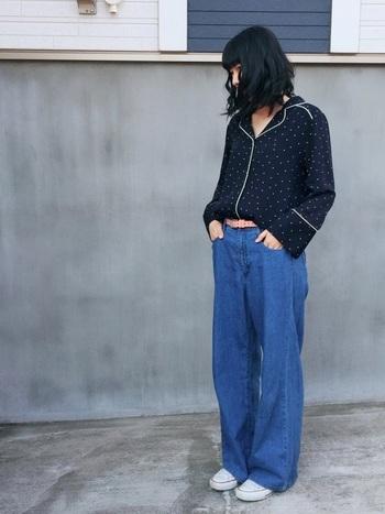 パジャマ風シャツのトップス。自分に合うサイズ感を選べば、ドット柄のパジャマシャツもオシャレに着こなせますよ。
