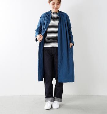 さっと羽織ってコートのように。シャツワンピースが無地なので、こんな風にボーダーTをのぞかせてあげるとグッとオシャレ度がアップ。全体をさりげなくブルー系でまとめているので、レイヤードコーデもすっきりとした印象に見えますね。