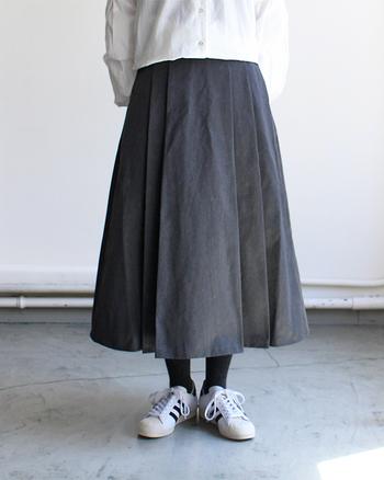幼く見えないようなデザインを選ぶのが一番のポイント。ハリのある生地を使ったスカートなら、広がりすぎず上品に着こなせますよ。