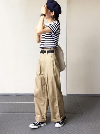 ボーダーTシャツ×チノパンの定番コーデ。黒のコンバースやベレー帽も基本アイテムとしてお持ちの方も多いはず。
