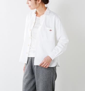ボタンを留めずに、さらっと羽織りのように。厚手のジャケットはまだ早すぎるかなという時季に便利です。インナーによって、全く異なる雰囲気を楽しめるのでぜひ色々と試してみて。