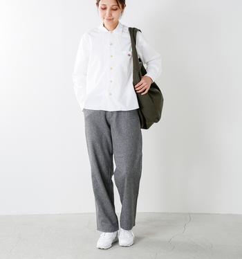 シャツのボタンを全部留めて、シンプルにすっきりと。白シャツに合わせて、スニーカーも白をセレクト。白・グレー・ブラックと、使う色を3色におさえることで、ゆるっとしたパンツをクリーンで洗練された雰囲気にまとめています。