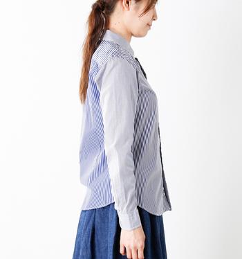 メンズライクな雰囲気になりすぎないよう、ウエストが緩やかにシェイプされたデザインを選ぶのがおすすめ。裾がラウンドしたタイプだと、タックインもしやすく、一枚で着ても様になります◎。