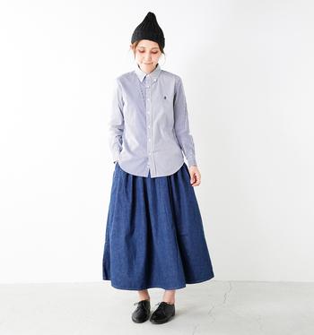 """ふんわりとしたロングスカートを合わせて。ストライプシャツのきちんと感と、スカートのリラックス感のMIX具合が絶妙。正統派のシャツに、あえてニットキャップを被る""""はずしテク""""も簡単でオススメです。"""
