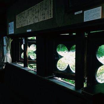 休憩所やショップである「グズベリーハウス」の中にはこんな可愛らしい窓も。重要文化財として有名な「女」をはじめ、萩原守衛の数々の作品と、親交のあった高村光太郎、中原悌二郎などの作品も見ることができます。