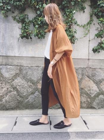 風をはらむカシュクールワンピースも羽織りとして◎。落ち着いたレンガ色のようなブラウンのおかげで秋らしいコーデに。
