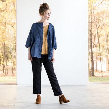 オーガニックリネンが使われているジャケットは少しオーバーサイズなほうが「こなれ感」を演出できてオシャレ。