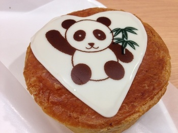 ひょいっと手をあげるパンダのイラストがかわいいデニッシュ。サクサクの生地の中にチョコレートが入っています♪