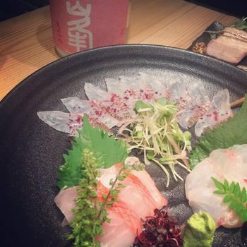 お刺身やお寿司にかけても美味しいというお声も多いです。 和食にワインを合わせるという試みも最近よく耳にしますが、ワイン塩も和と洋の食文化の間を上手に取り持ってくれるんですね。