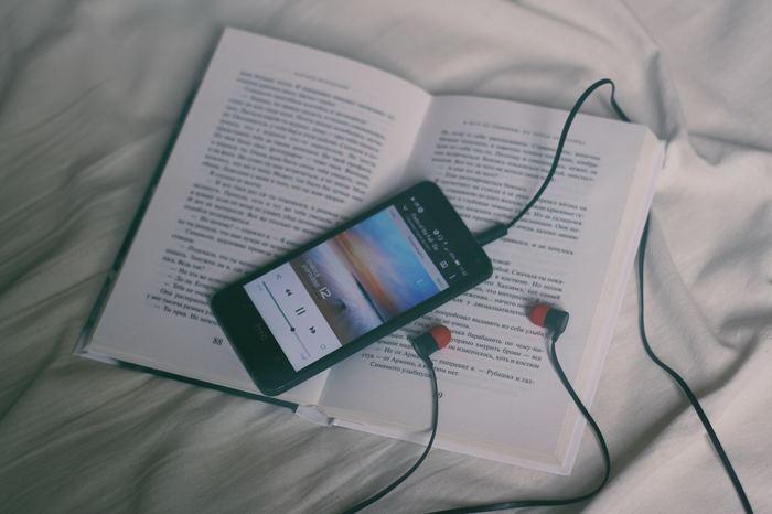 ソファやベッドの上に横になりながら、音楽を聴くのもリラックスできます。歌詞に力を貰ったり、メロディーに癒されたり、その日の気分で音楽をチョイスしてみて。音楽の持つ力を改めて感じられる時間になるはず。