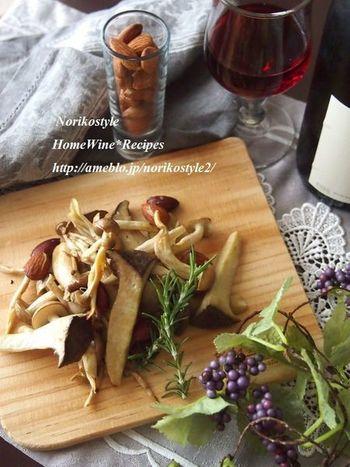 ワインに合う秋の味覚といえば、やっぱりきのこは外せません。アーモンドと一緒にシンプルなグリルにすれば、ヘルシーなおつまみになります。こちらのレシピではトリュフ塩を使っていますが、ワイン塩でも試してみたい一品です。