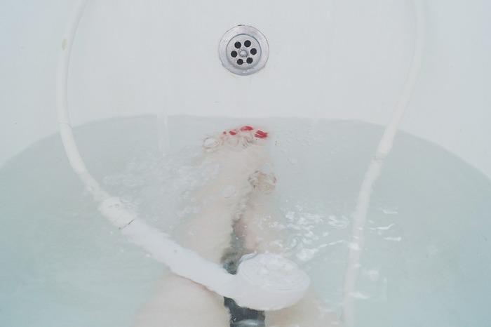 普段シャワーだけでささっと済ませてしまう方も多いと思いますが、できれば湯船にお湯を溜めて浸かりましょう。約38~40℃のお湯にゆっくりと浸かれば、身体がポカポカに温まり疲れもほぐれリフレッシュできます。