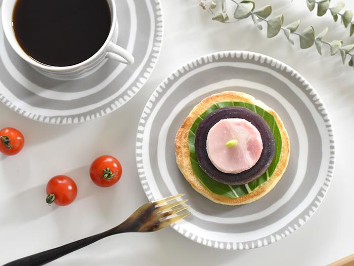 落ち着いた色・柄のお皿は、カラフルな食べ物をのせるとしっくりとなじみます。グレーの色合いが優しいスウェーデンのハウス・オブ・リュムのお皿は、北欧らしい柔らかなデザインが特徴的です。小さめサイズなので取り皿として取り入れても◎