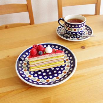 テイストを合わせるのも、統一感を出すのに必要なテクニック。かわいいお皿には、同じくかわいいカラフルなケーキをのせて。ポーランドの陶器 ポーリッシュポタリーのお皿は、東欧らしい独特の絵柄が魅力。 キュートなケーキがより美味しそうに見えませんか?