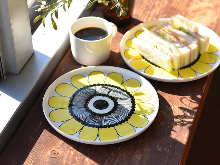 大胆な柄も、お皿なら気軽に取れ入れられます。マリメッコの大きな柄のお皿なら、料理がシンプルであればあるほどオシャレに見せてくれます。いつものサンドイッチも、元気がでるとっておきの朝ごはんに!