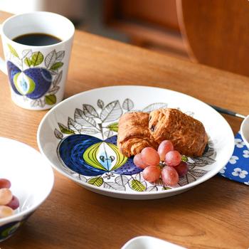 まるで絵画を見ているかのような、鮮やかなブルーが美しいロールストランドのお皿。買ってきただけのパンだって立派なお食事に見せてくれる、魔法のようなお皿です。 柄を生かすように、あえて中心からずらして盛り付けるのもおしゃれなテクニックですね。