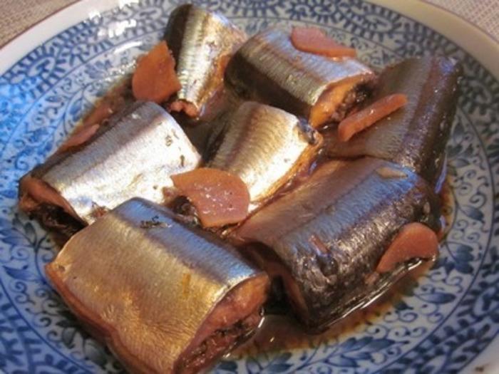 ■秋刀魚の生姜煮 甘くてほろほろの身が美味しい生姜煮。お酢・醤油・みりんで煮込むこちらのレシピは、さんまを丸ごと骨まで食べられます。圧力鍋を使うので、それほど時間もかかりませんし、水を使わないレシピなので冷蔵庫で数日間保存が可能。ご飯のおかずにぴったりです。