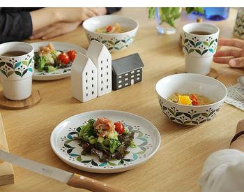 朝食に、おやつに、ディナーの取り皿に。万能でキュートなお皿は、スウェーデンのサガフォルムのもの。カラフルな絵柄もシリーズでそろえれば統一感が◎ 食卓が一気に華やかになりますよ。