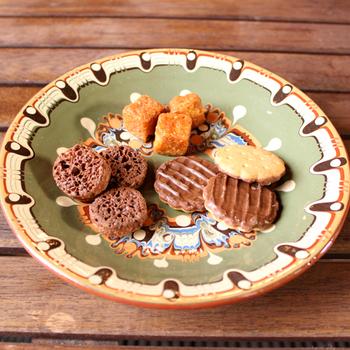 のせるお皿によって、食材の味や雰囲気まで変わってしまいますよね。ブルガリア伝統のトロヤン陶器なら、異国に行った気分を演出できます。いつものおやつも別のものに感じられる、不思議な気分を味わってみて。