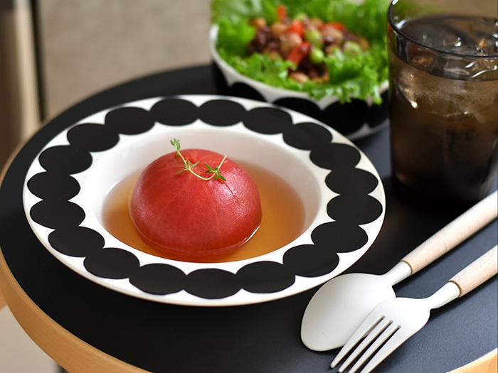 存在感のあるモダンな柄のお皿には、シンプルな料理が合います。マリメッコのスタイリッシュなお皿には、素材を生かしたシンプルな料理をのせてみて。ぱっと目を惹く主役級のお料理に演出してくれます。 2つの相乗効果で、より素材の良さが際立ちます。