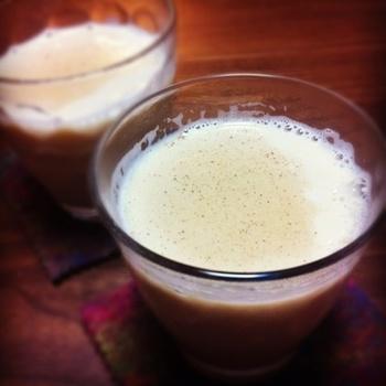 これからの肌寒い季節は、ホットカクテルもおすすめ。こちらはラム酒と豆乳を混ぜただけのホットカクテル。ミルクを合わせることで飲みやすくなりますよ。