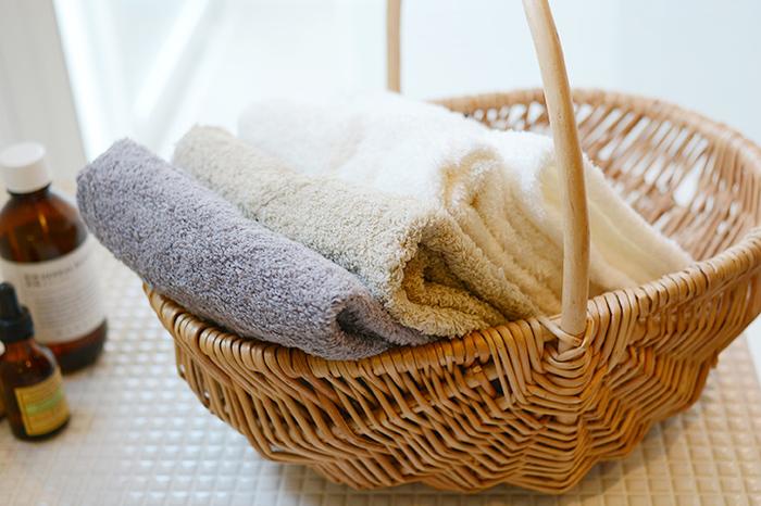 低速織機で織り上げられたタオルは、洗濯をしてもふんわりとした肌触りが持続するのが魅力。吸水性に優れ、乾きも早くガシガシと使えます。リネンやブルーグレーなど、絶妙なカラーリングも素敵。洗顔の時にどんどん使えそうですね。