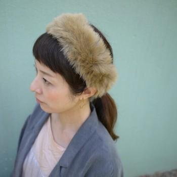 秋冬にゲットしたいのは、やっぱり季節を感じるファー素材のヘアバンド。ふわっと柔らかく、存在感も強いのでシンプルコーデのアクセントにもピッタリです。
