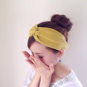 秋にピッタリなマスタードカラーのヘアバンドは、シンプルなお洋服の挿し色として。色違いでいくつでも欲しくなる、リネンやガーゼ素材のヘアバンドは、コーデや気分に合わせて選びたいですね。