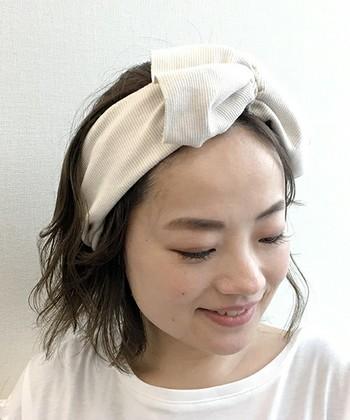 リブ素材は、カジュアルなファッションに合わせやすいヘアバンドです。少し大人っぽいスタイルでも、リブやワッフル素材のヘアバンドを選ぶことでカジュアルダウンできます。