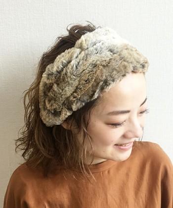 モコモコとした肌触りが、季節感たっぷりなファー素材のヘアバンドです。存在感も抜群で、前髪は残しても残さなくても可愛くキマります。