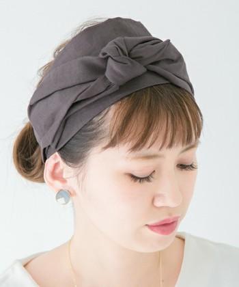 ナチュラル感漂う色合いが、シンプルコーデにも合わせやすいリネン素材のヘアバンドです。上の部分のリボンを結ぶタイプなので、リボンや結び目の大きさを好みのサイズに調整できます。