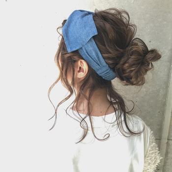 ダウンスタイルにそのまま付けても、軽くまとめた髪にプラスしても、たったワンステップで見違えるほどおしゃれになるヘアバンド。