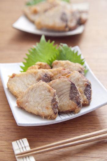 ■カツオの竜田揚げ めんつゆとニンニク、ショウガを混ぜたタレにカツオを漬け込んでから片栗粉をつけて揚げます。めんつゆをつかうので簡単に味が決まりますね。ホロっと崩れるほど柔らかくおいしいですよ♪