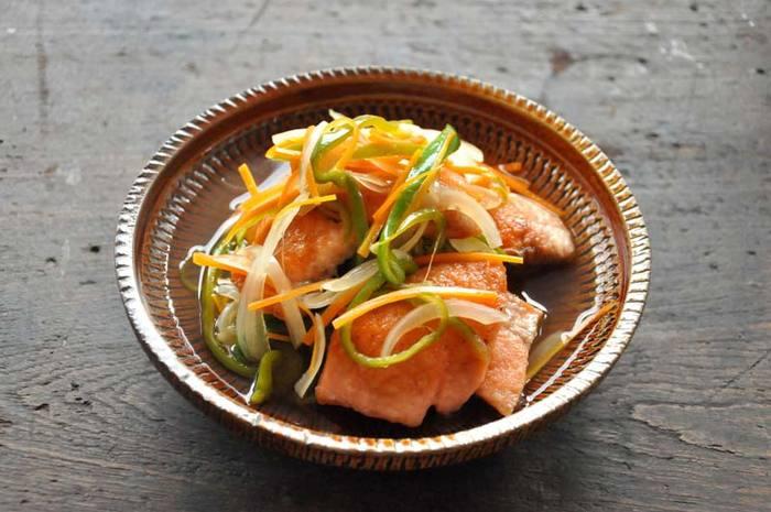 ■鮭の南蛮漬け 甘酸っぱくて、おいしい南蛮漬け。鮭は揚げずに、小麦粉をつけてフライパンで焼きましょう。野菜と一緒に半日ほど漬け込んだらできあがりです。冷蔵庫で4~5日ほど保存可能♪さっぱりおいしい一品です。