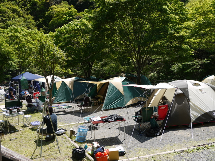 「区画サイト」も初心者さんに向き。最近では設備も整ったキャンプ場も増えていますね。「一般サイト」と呼ぶこともあります。  オートサイトと違い、駐車場は別の場所にあります。キャンプ場によってはサイトまでかなり距離がある場合もあるので、必ず事前にチェックしておきましょう。
