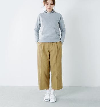 ベージュのワイドパンツに、シャツとパーカーを合わせたスタイルです。シンプルな定番アイテムを合わせたリラックス感の中に、きちんと感もプラスされている着こなしに。