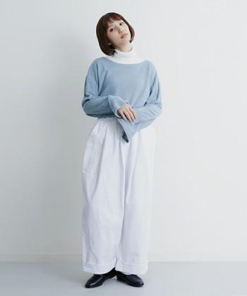 白色のワイドパンツに白のハイネックを合わせ、トップに淡い色のセーターをプラスしたコーデ。ワントーンだけでは少し物足りないと感じた時は、淡い色をミックスさせるとおしゃれな着こなしになるんです。