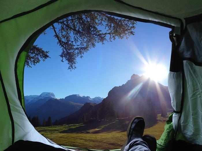 まずはキャンプの要となるテント。設営のための備品(ポール、ロープ、ペグ等)も忘れずに準備しておきましょう。現地で右往左往しないためにも事前に設営方法を把握しておくことも効率よくテント設営を行うポイントです。  その他、 ・テントの下に敷くグランドマット→テントの底面が濡れるのを防ぎます。 ・テント内に敷くインナーマット、テントマット→地面の凸凹、底冷えの緩和に役立ちます。 ・テント内で寝泊まりするなら寝袋(シュラフ) なども必須アイテムです。